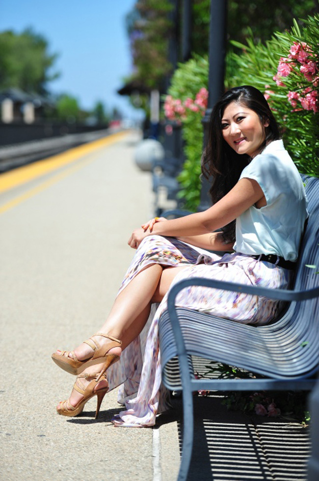 girl on a bench photo, beautiful summer look, style blog