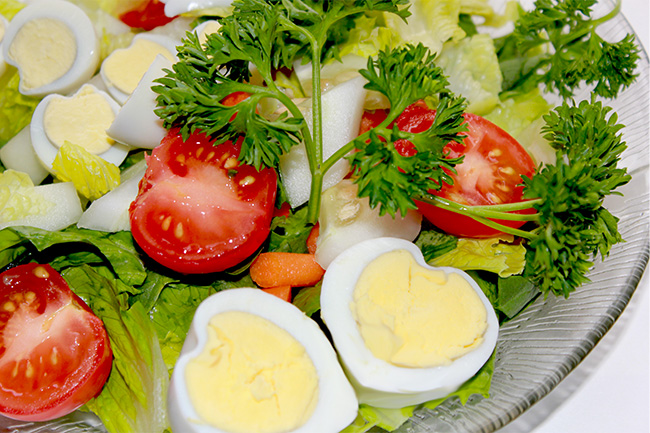 How to create heart shaped eggs for salad, great salad tricks