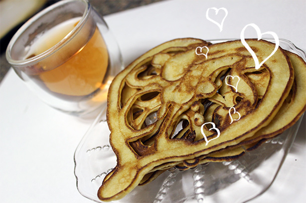 Heart shaped pancakes_valentine's day breakfast_romantic dessert
